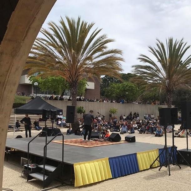 b5c0be958f40e Jake Shimabukuro performing on stage