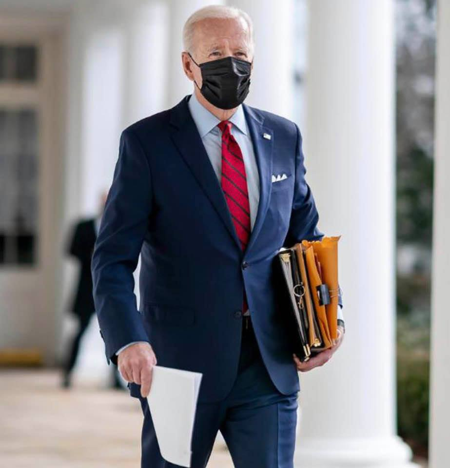 Hey, President Biden is carrying files and papers: I had forgotten that presidents do that!