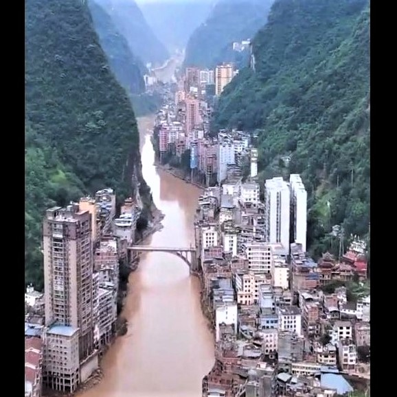 Zhaotong City: The narrowest city in the world, built along the sheer cliffs of the Guanhe River Gorge in China